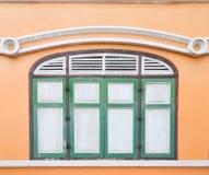 Thailändskt klassiskt fönster för gammal stil i yellow och green Royaltyfria Foton