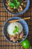 Thailändskt kryddigt finhackat griskött på Wood bakgrund, thailändsk mat på träBac royaltyfri foto