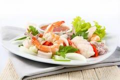 Thailändskt kryddigt med skaldjur på plattan Arkivfoto