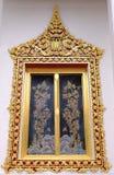 Thailändskt kungligt fristadfönster från Wat Chaloem Phra Kiat Worawihan arkivfoton