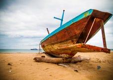 Thailändskt långt fartyg på sand Arkivfoto