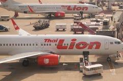 Thailändskt Lion Air flygplan på Don Mueang International Airport Arkivbilder