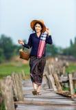 Thailändskt lokalt kvinnaarbete fotografering för bildbyråer
