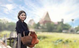 Thailändskt lokalt kvinnaarbete royaltyfria bilder