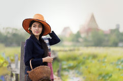 Thailändskt lokalt kvinnaarbete arkivfoto