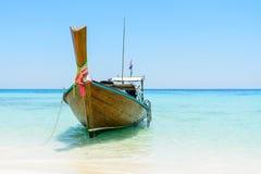 Thailändskt longtailfartyg på stranden, Andaman hav, Koh Rok ö, Th Royaltyfria Bilder
