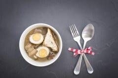Thailändskt matKai-PA-lo med kryddor och kitchenware på den trävita tabellen Royaltyfria Foton