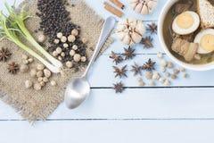 Thailändskt matKai-PA-lo med kryddor på träbakgrund för himmelblått Royaltyfri Bild