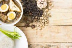 Thailändskt matKai-PA-lo med ris besegrar och kryddor på träbakgrund Arkivfoton