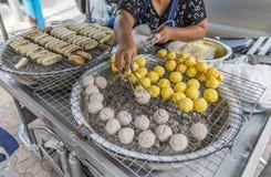 Thailändskt matmellanmål på gatan Grillad potatis, grillad taro som grillas Arkivfoto