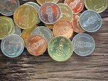 Thailändskt nytt mynt i konungen Rama 10 på träbräde med begreppet av finans som packar ihop Royaltyfri Bild