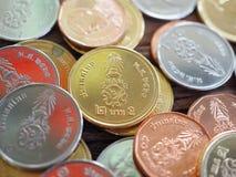 Thailändskt nytt mynt i konungen Rama 10 på träbräde med begreppet av finans som packar ihop fotografering för bildbyråer