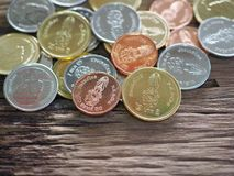 Thailändskt nytt mynt i konungen Rama 10 på träbräde med begreppet av finans som packar ihop Royaltyfri Fotografi