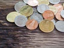 Thailändskt nytt mynt i konungen Rama 10 på träbräde med begreppet av finans som packar ihop Royaltyfria Bilder