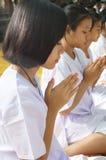 Thailändskt oidentifierat folk som ber, Bangkok, Thailand Royaltyfria Bilder