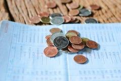 Thailändskt pengarbad och besparingkontobankbok Arkivbilder