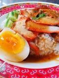 Thailändskt rött BBQ-griskött med ris fotografering för bildbyråer