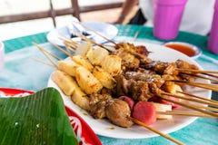 Thailändskt stilBBQ-griskött, korv, krabbapinnar royaltyfria bilder
