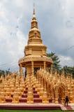 Thailändskt stort många guld- pagoder av Wat Pasawangboon, Saraburi royaltyfria foton