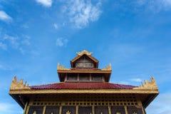 Thailändskt tak med himmelbakgrund Arkivfoton