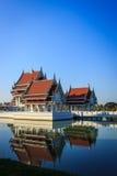 Thailändskt tempel med blåttskyen och reflexion Royaltyfri Foto