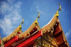 Thailändskt tempeltak med blå himmel Arkivfoton