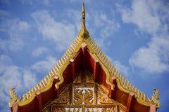 Thailändskt tempeltak med blå himmel Fotografering för Bildbyråer