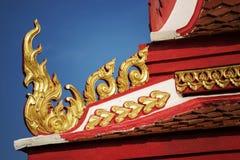 Thailändskt tempeltak med blå himmel Arkivfoto