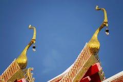 Thailändskt tempeltak med blå himmel Arkivbilder