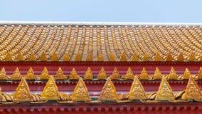 Thailändskt tempeltak med den thai ängellättnadsdetaljen Royaltyfri Bild