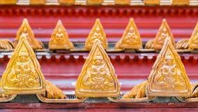 Thailändskt tempeltak med den thai ängellättnadsdetaljen Royaltyfria Foton