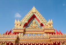 Thailändskt tempeltak på bakgrund för blå himmel Arkivfoto