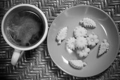 Thail?ndische Nachtisch Kanom-Summe Pun Nee mit hei?em Kaffee des Morgens stockfoto