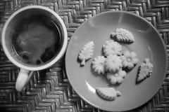 Thail?ndische Nachtisch Kanom-Summe Pun Nee mit hei?em Kaffee des Morgens stockbilder