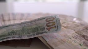 Thail?ndischer Geldbanknoten-Nahaufnahmehintergrund, Thailand-Geld f?r Gesch?ft, M?nzen 1000 Aufgabenkolben und 100 Dollar stock video footage