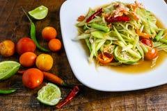 Thail?ndischer Nahrungsmittelpapayasalat auf einem Holztisch lizenzfreie stockbilder