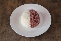 Thail?ndisches riceberry biologisches Lebensmittel und thail?ndischer Jasminreis lizenzfreies stockfoto