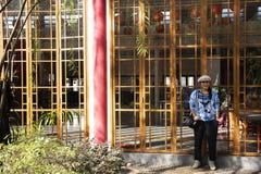 Thail?ndska kvinnor reser bes?k och poserast?enden f?r tagandefoto i tr?dg?rd av Thail?ndsk-kines den kulturella mitten i Udon Th royaltyfri foto