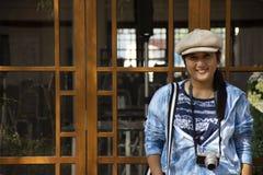 Thail?ndska kvinnor reser bes?k och poserast?enden f?r tagandefoto i tr?dg?rd av Thail?ndsk-kines den kulturella mitten i Udon Th arkivbilder