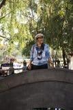 Thail?ndska kvinnor reser bes?k och poserast?enden f?r tagandefoto i tr?dg?rd av Thail?ndsk-kines den kulturella mitten i Udon Th royaltyfri fotografi