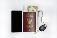 智能手机旅行的&thailand护照 库存照片