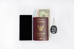 智能手机旅行的&thailand护照 免版税库存图片