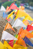 Thailand 13 April:: Het zand en de kleurrijke vlag voor bidden in Songkran F Stock Afbeeldingen
