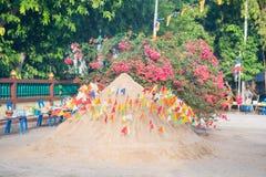 Thailand 13 April:: Het zand en de kleurrijke vlag voor bidden in Songkran F Stock Fotografie