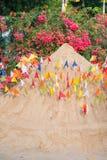 Thailand 13 April:: Het zand en de kleurrijke vlag voor bidden in Songkran F Royalty-vrije Stock Foto's