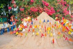 Thailand 13 April:: Het zand en de kleurrijke vlag voor bidden in Songkran F Stock Foto