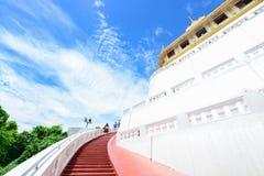 Thailand - 9. August 2017:: der goldene Berg in Wat Saket-Tempel Stockbild