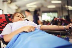 THAILAND-AUGUST, 23: Młode kobiety darują krew Tajlandzka rada narodowa TAJLANDIA SIERPIEŃ, 23 2017 Obrazy Royalty Free