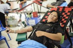 THAILAND-AUGUST, 23: Młodzi człowiecy darują krew Tajlandzka rada narodowa TAJLANDIA SIERPIEŃ, 23 2017 Zdjęcia Royalty Free