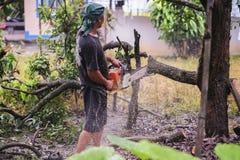 16 Thailand-AUGUSTUS: Jonge mensen scherp hout dat als brandhout moet worden gebruikt THAILAND 16 AUGUSTUS, 2017 Stock Afbeelding